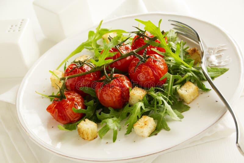 Piec na grillu pomidory na gałąź z sałatką arugula zdjęcie royalty free