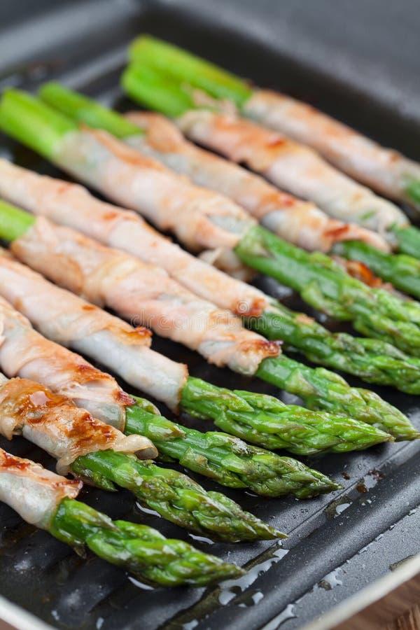 Piec na grillu prosciutto zawijający asparagus obrazy royalty free