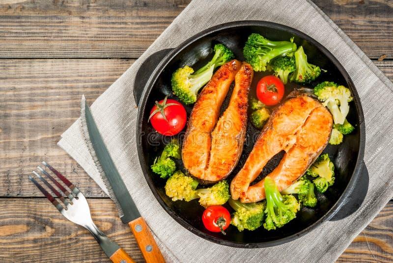 Piec na grillu pstrągowy łosoś z warzywami zdjęcie royalty free