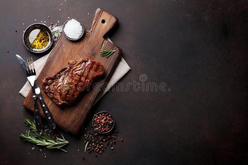 Piec na grillu ribeye wołowiny stek, ziele i pikantność, zdjęcie royalty free