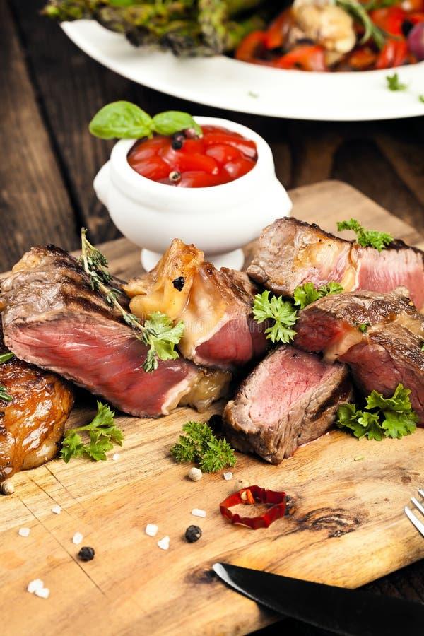 Piec na grillu ribeye wołowiny stek, ziele i pikantność, Odgórny widok zdjęcia royalty free