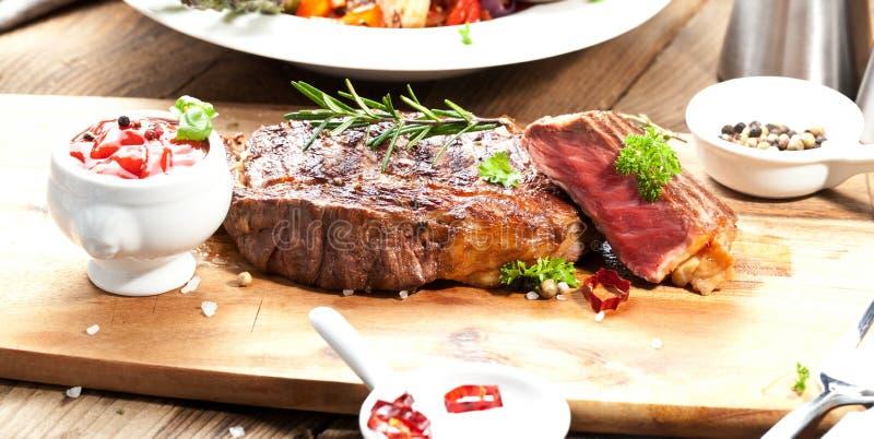 Piec na grillu ribeye wołowiny stek, ziele i pikantność, Odgórny widok zdjęcie royalty free