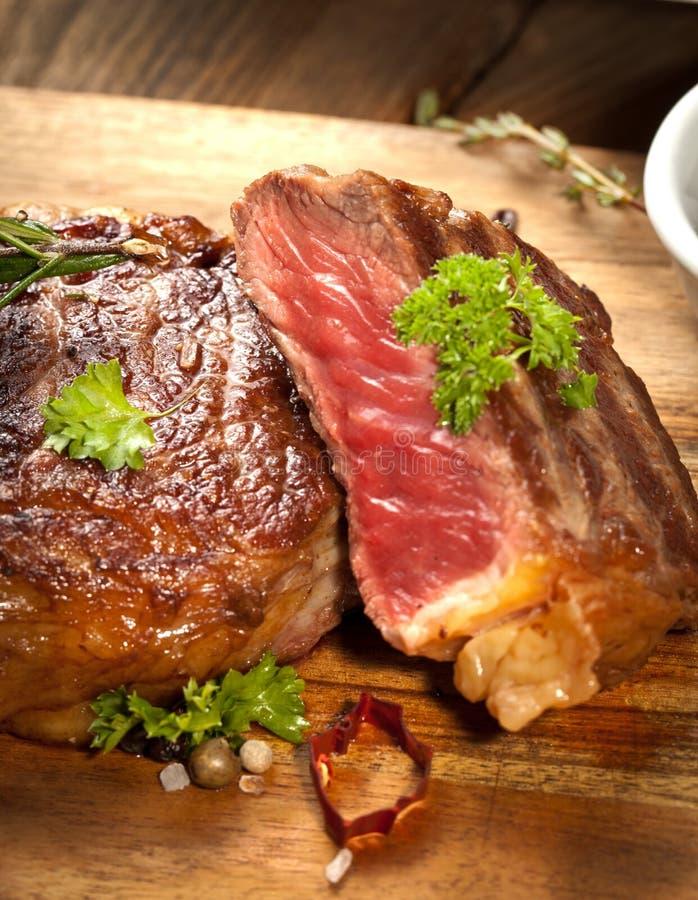Piec na grillu ribeye wołowiny stek, ziele i pikantność, Odgórny widok obrazy stock