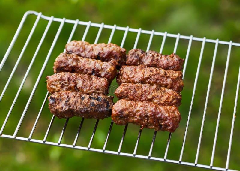 Piec na grillu romanian mięsne rolki - mititei, mici obraz stock