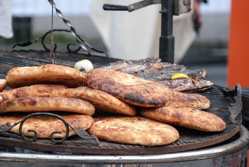 Piec na grillu ryba na grilla zbliżeniu obrazy royalty free