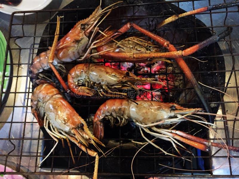 Piec na grillu rzeki garnela na węgiel drzewny kuchence lub zdjęcia stock