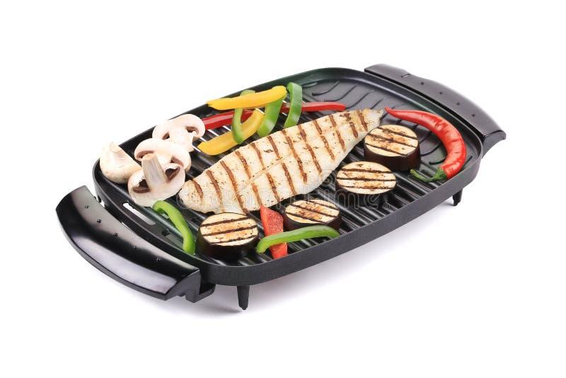 Piec na grillu seabass na grillu z warzywami. fotografia stock