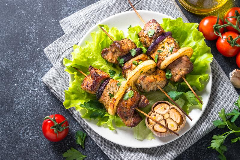 Piec na grillu shish szaszłyk na czerń kamienia stołowym odgórnym widoku lub kebab fotografia stock
