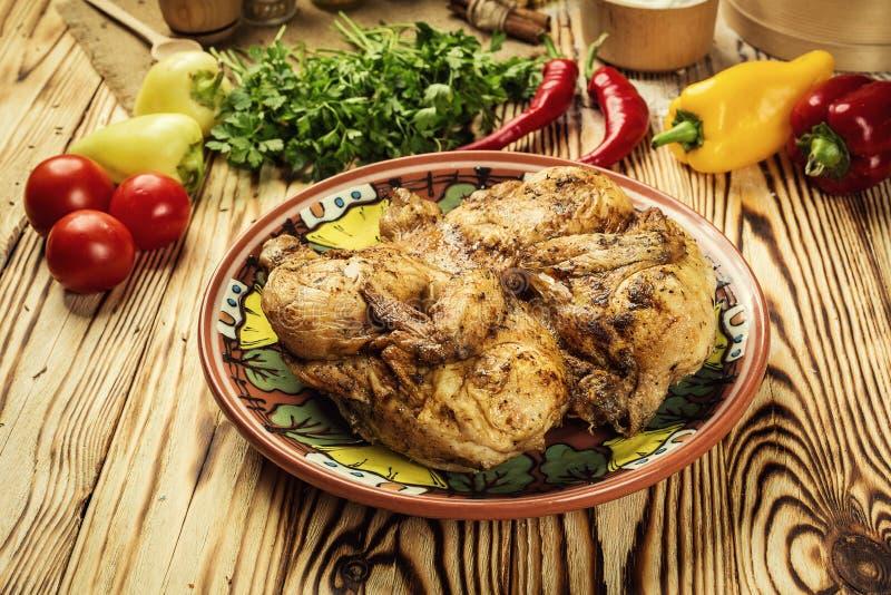 Piec na grillu smażył pieczonego kurczaka Tabaka na drewnianym tle, gruzin zdjęcie stock