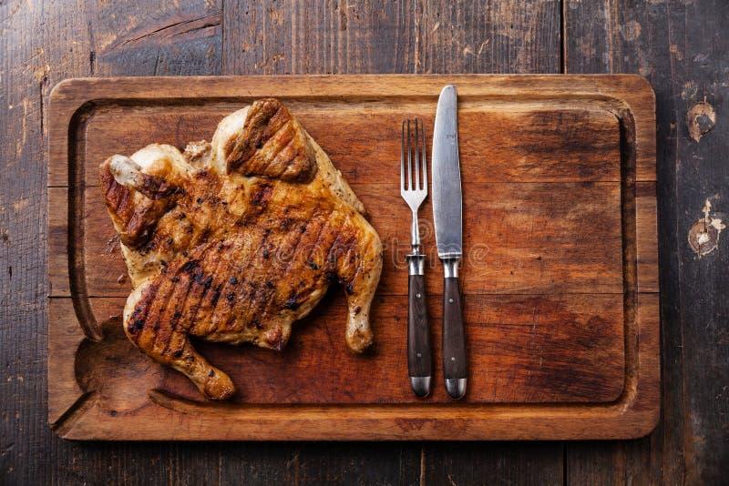 Piec na grillu smażył pieczonego kurczaka tytoniu obraz stock