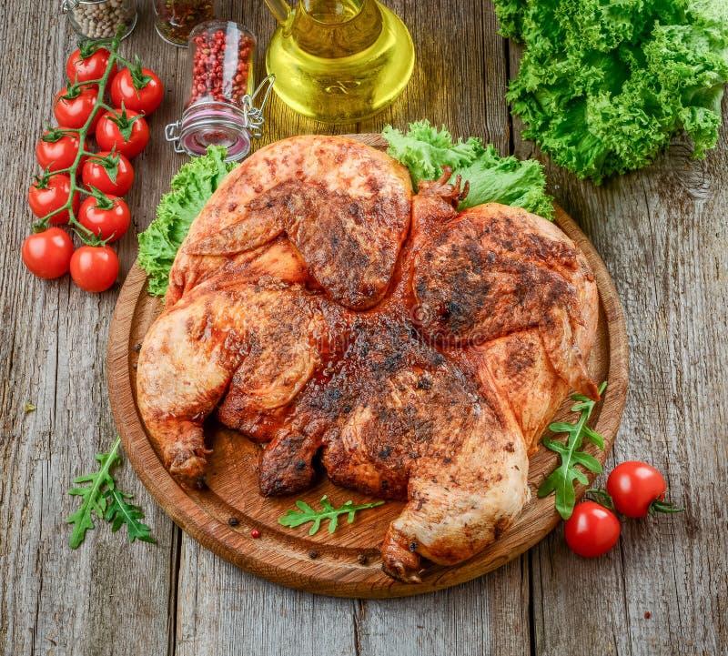 Piec na grillu smażył pieczonego kurczaka tytoniu na tnącej desce obrazy stock