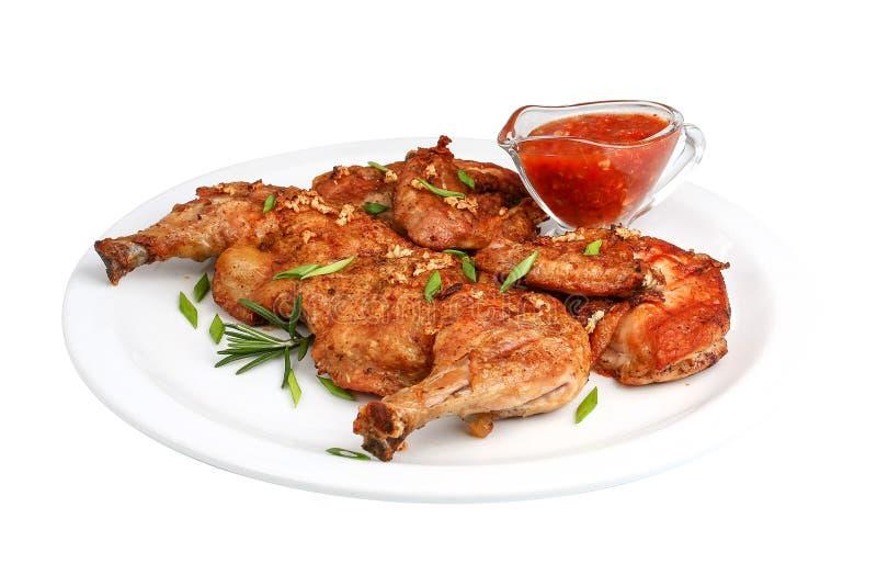 Piec na grillu smażył pieczonego kurczaka z gorącą kiełbasą zdjęcia royalty free