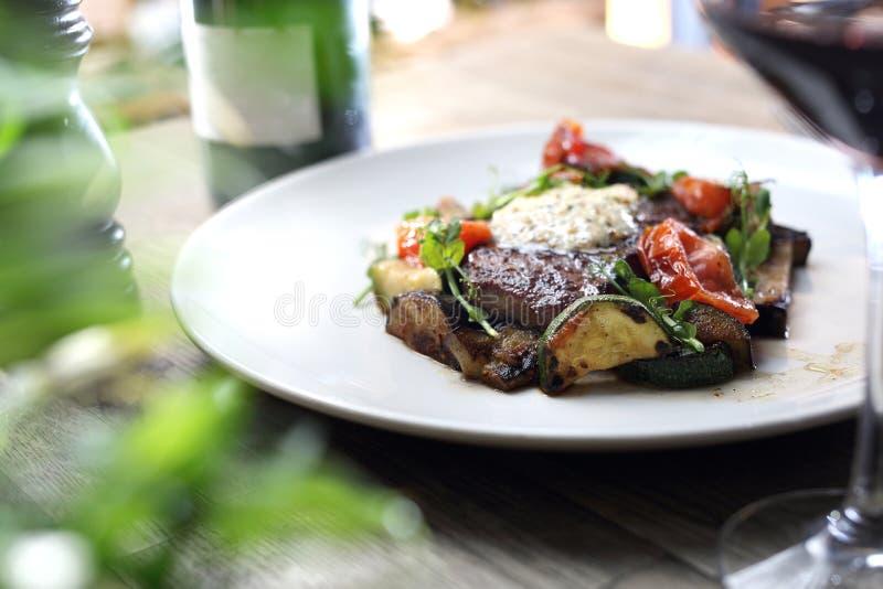Piec na grillu stek antrykot z zielarskim masłem i piec na grillu warzywami słuzyć na białym talerzu zdjęcie stock
