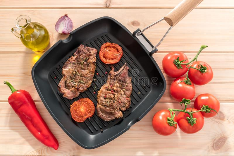 Piec na grillu stek na grill niecce z pomidorami zdjęcie stock