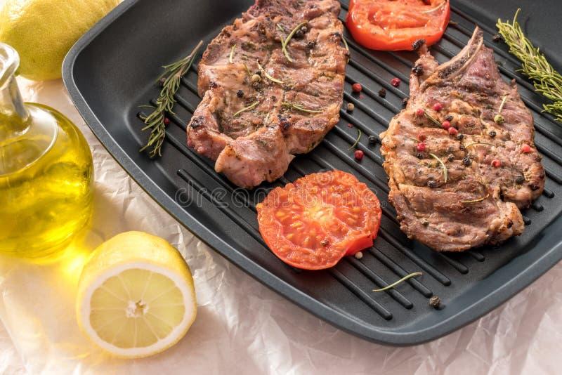 Piec na grillu stek na grill niecce z pomidorami i cytryną zdjęcie royalty free