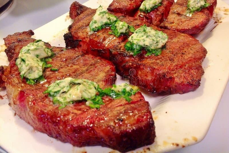 Piec na grillu stki z Zielarskim masłem obraz stock
