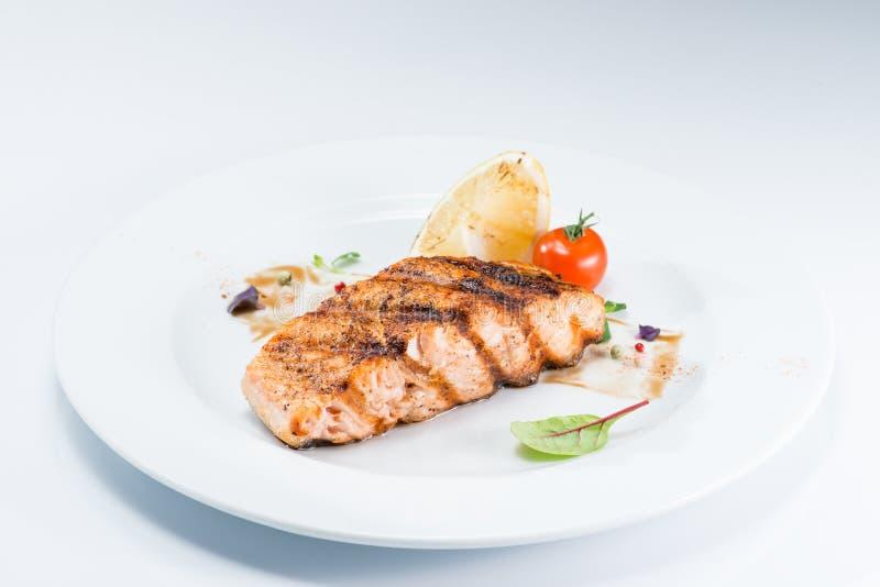 Piec na grillu stku łososia wyśmienicie ryba zdjęcia royalty free