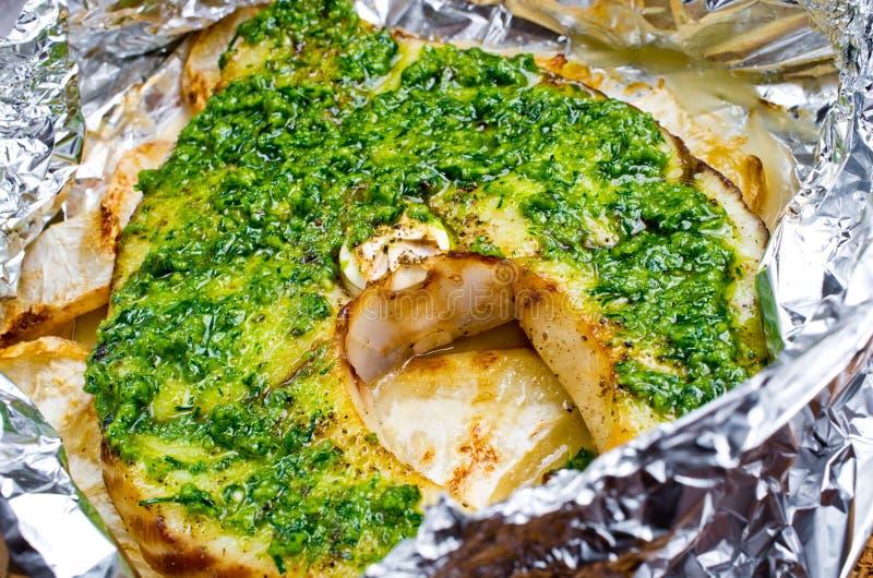 Piec na grillu swordfish polędwicowi z pesto zdjęcie stock