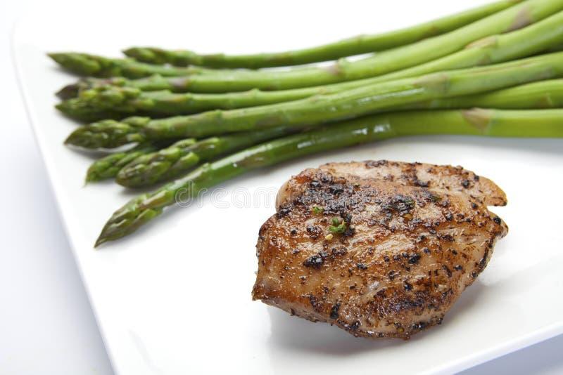 piec na grillu szparagowy kurczak fotografia stock