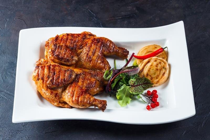 Piec na grillu tabaczny kurczak na białym talerzu zdjęcia royalty free