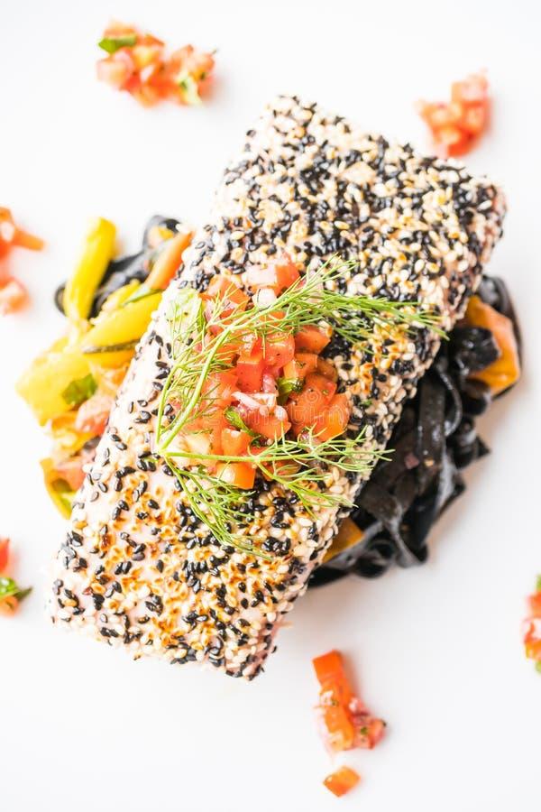 Piec na grillu tuńczyka stek z makaronem i warzywem zdjęcia royalty free