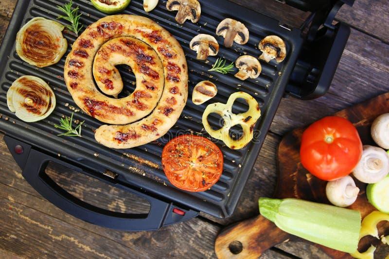 Piec na grillu warzywa na elektrycznym grillu i kiełbasa zdjęcie stock