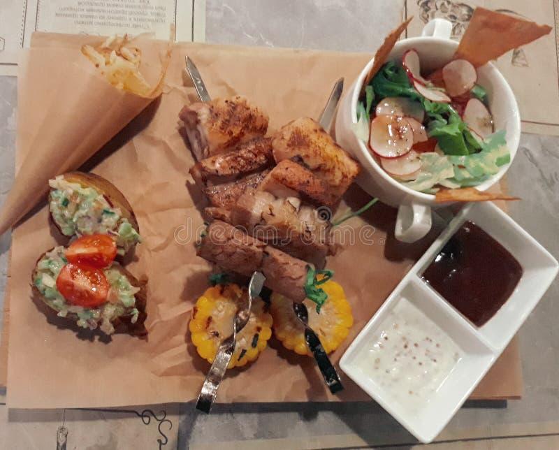 Piec na grillu warzywa, mięso, sałatka i grillów kumberlandy na rzemiośle i, tapetujemy tło zdjęcia royalty free