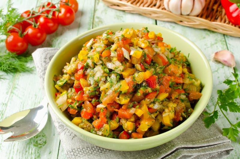 Piec na grillu warzywa sałatkowi z żółtym i czerwonym dzwonkowym pieprzem, eggpla zdjęcie stock