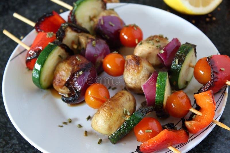 Piec na grillu warzywa na skewer, zdrowego i smakowitego jarskim posiłku, fotografia royalty free