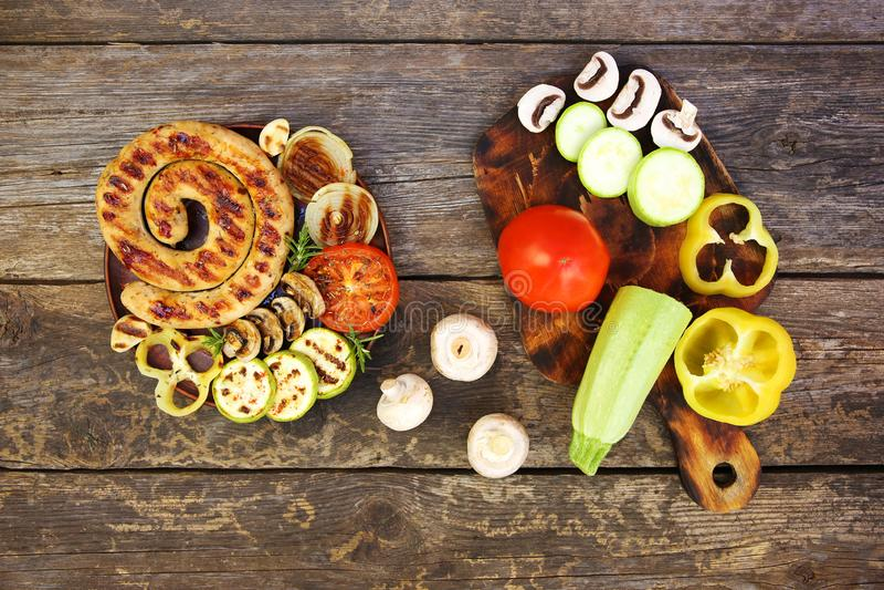 Piec na grillu warzywa na starym drewnianym tle i kiełbasa obraz royalty free