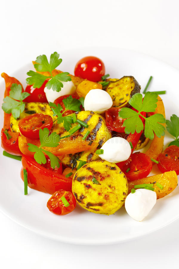 Piec na grillu warzywa z mozzarella serem obraz royalty free