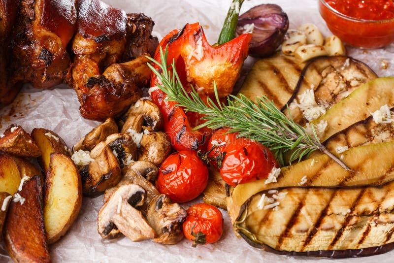 Piec na grillu wieprzowina knykieć z piec na grillu pomidorami, szampinionami, vagetable szpikiem kostnym, oberżyną, czerwonym sł obraz royalty free