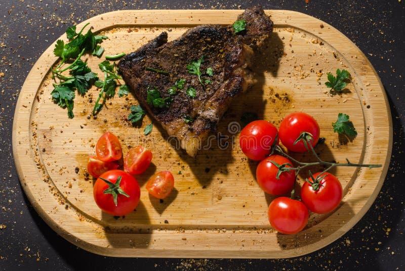 Piec na grillu wieprzowina stek na drewnianej tnącej desce obraz royalty free
