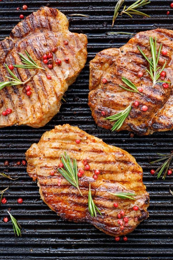 Piec na grillu wieprzowina stek, wieprzowiny szyja z dodatkiem ziele i pikantność na grilla talerzu, odgórny widok obrazy stock