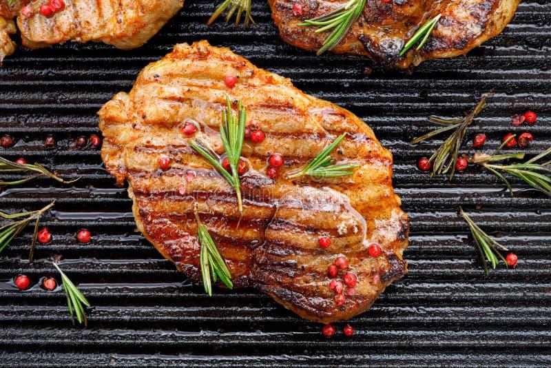 Piec na grillu wieprzowina stek, wieprzowiny szyja z dodatkiem ziele i pikantność na grilla talerzu, odgórny widok zdjęcie stock