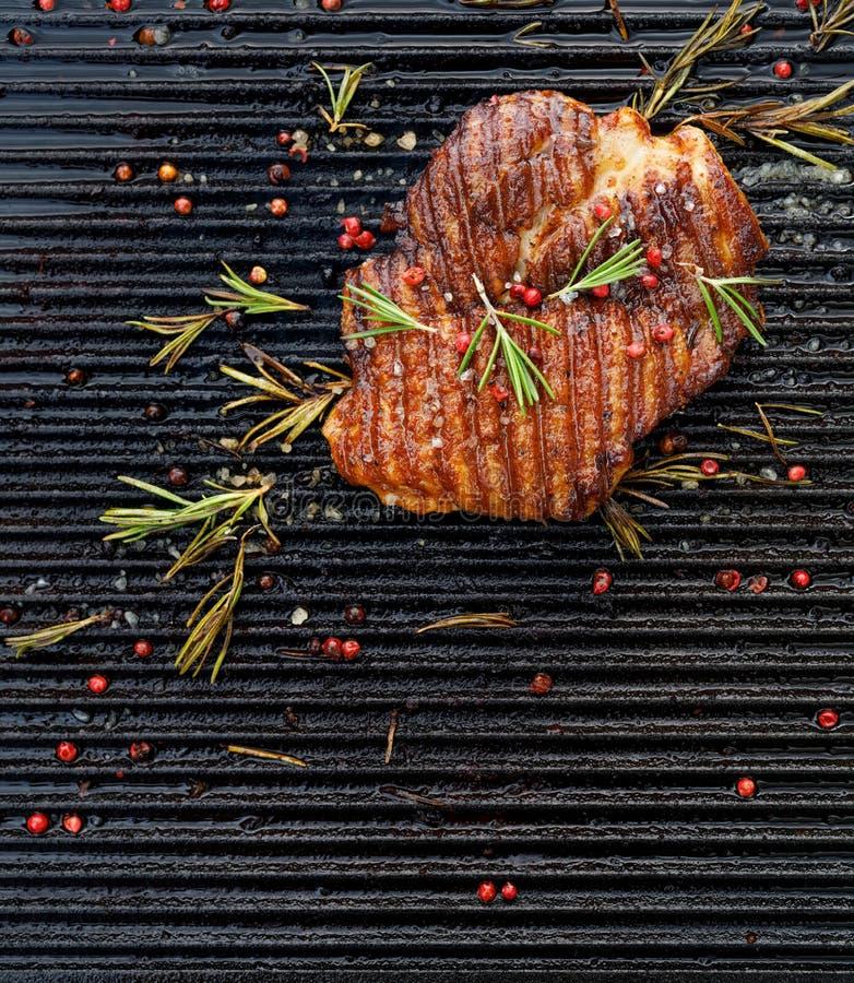 Piec na grillu wieprzowina stek, wieprzowiny szyja z dodatkiem ziele i pikantność na grilla talerzu, odgórny widok obraz royalty free
