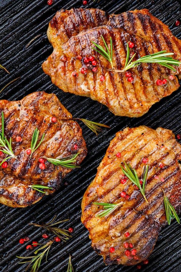 Piec na grillu wieprzowina stki, wieprzowiny szyja z dodatkiem ziele i pikantność na grilla talerzu, odgórny widok, w górę zdjęcia royalty free