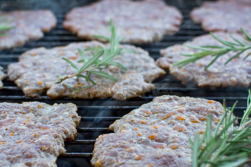 Piec na grillu wieprzowina z rozmarynami zdjęcia royalty free