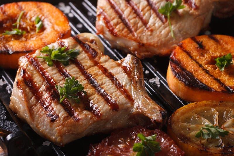 Piec na grillu wieprzowiny bania na grillu i stek horyzontalny makro- obraz stock