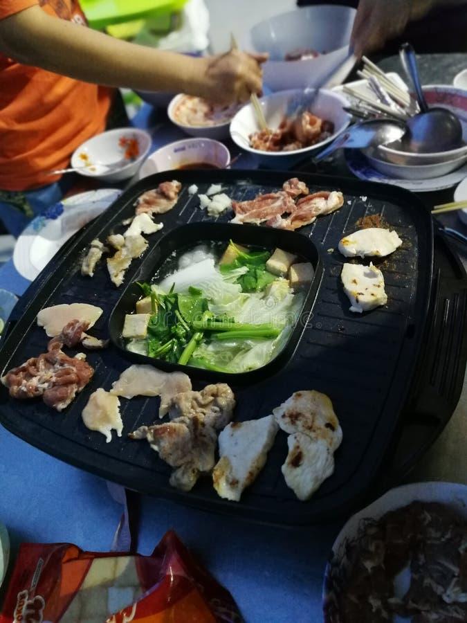 Piec na grillu wieprzowiny i kurczaka mięso z warzywo polewką zdjęcia stock