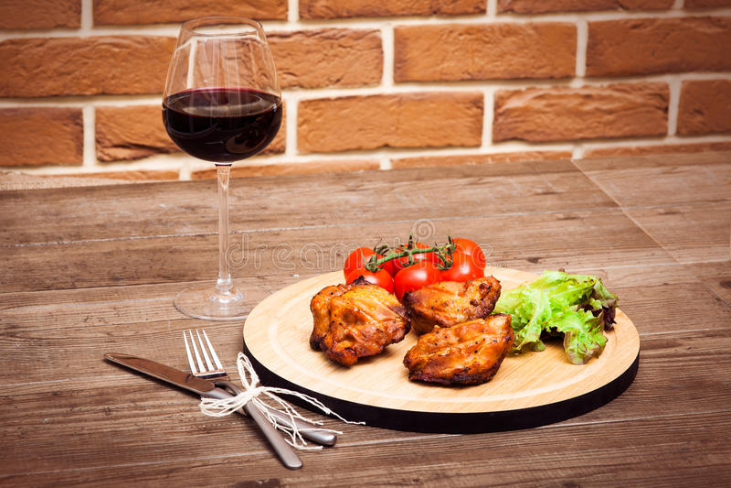 Piec na grillu wieprzowiny polędwicowy słuzyć z czereśniowych pomidorów lettu i gałąź obraz royalty free