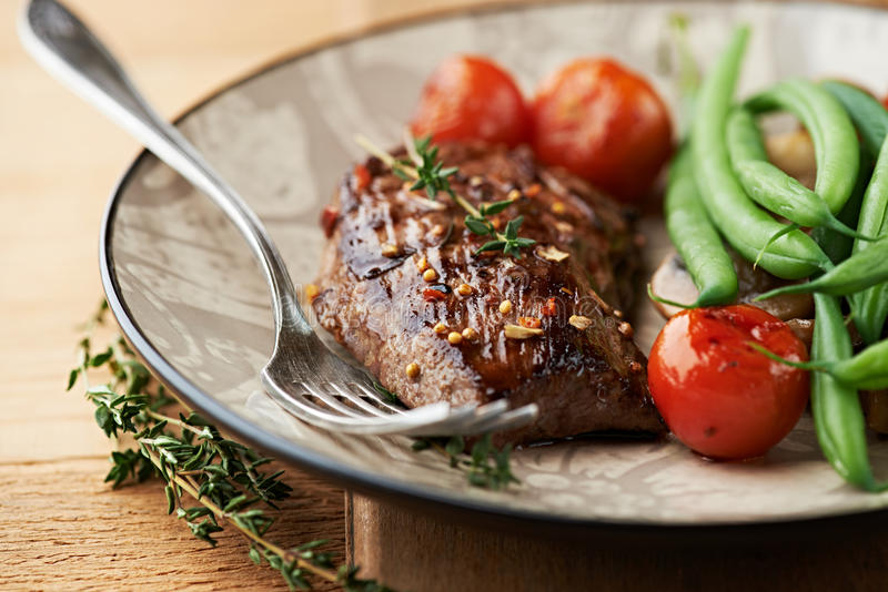 Piec na grillu wołowina stek z macierzanką i warzywami zdjęcie stock