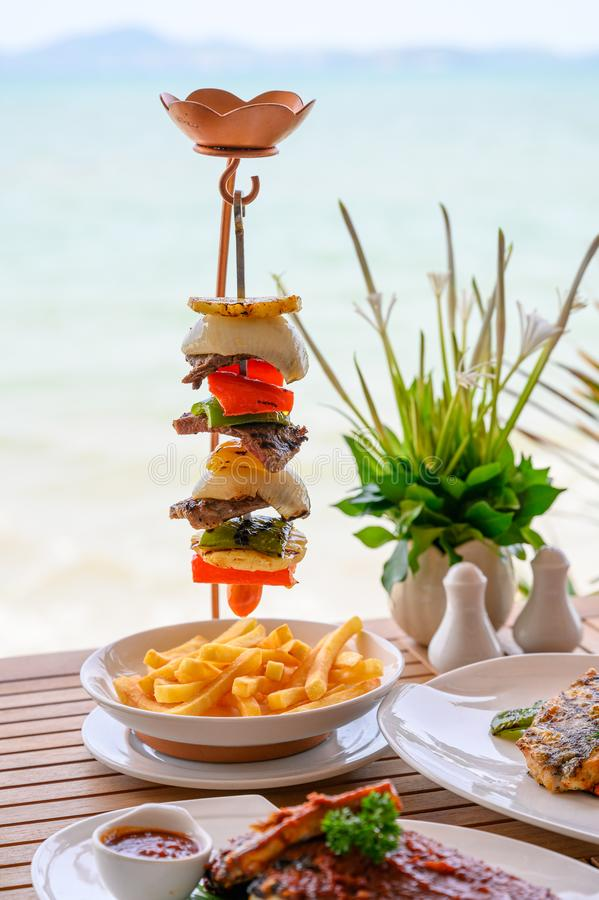 Piec na grillu wołowina stek z veggies i dłoniakami skewering na stojaku obraz royalty free
