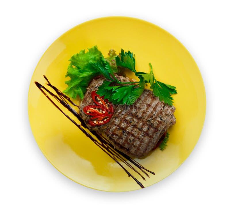 Piec na grillu wołowina stek z warzywa zbliżeniem na bielu, zdjęcia stock