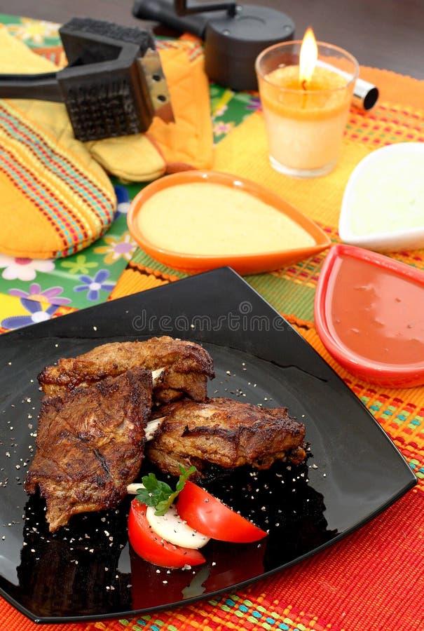 Piec na grillu wołowina z pomidorami i mozzarellą obraz stock