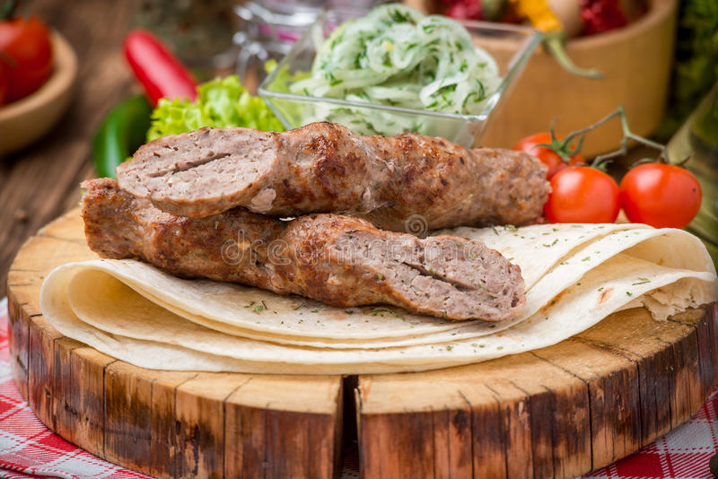 Piec na grillu wołowiny mięsa kebabs zdjęcie stock