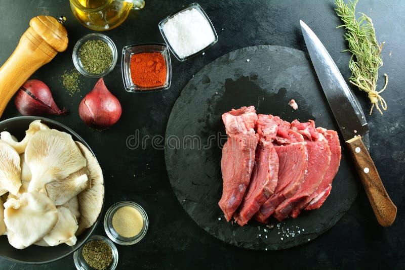 Piec na grillu wo?owina stek z Ostrygowymi pieczarkami - wy?mienicie keto diety posi?ek z przygotowania ca?kowitymi fotografiami obraz royalty free