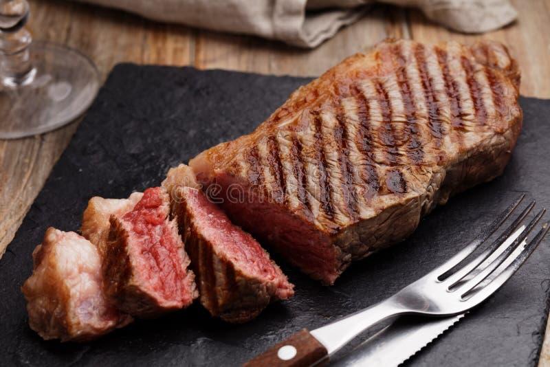Piec na grillu wykładał marmurem wołowina stek fotografia royalty free