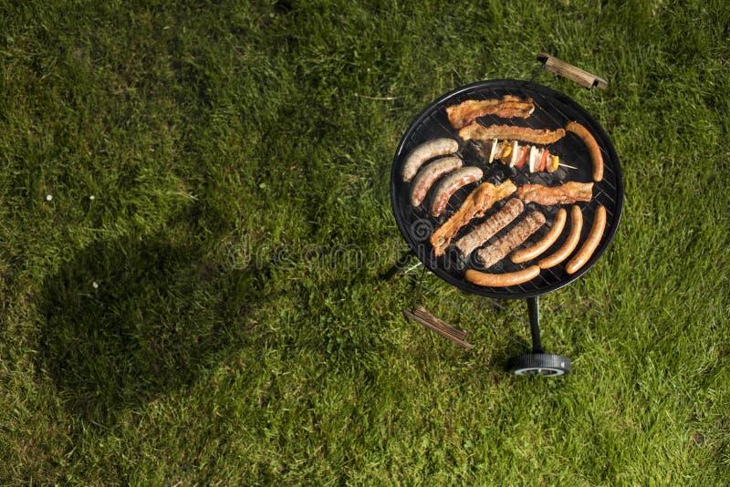 Piec na grillu z dymem nad lato plenerową naturą w ogródzie fotografia stock