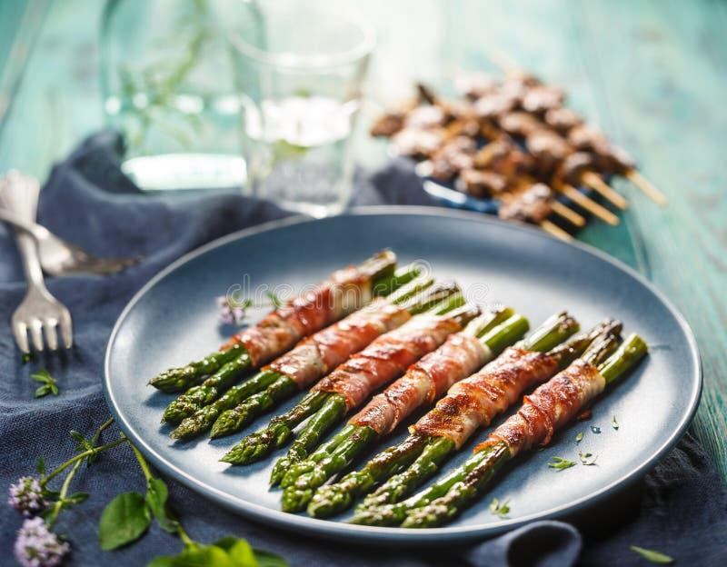 Piec na grillu zielony asparagus zawijający z bekonem zdjęcie stock